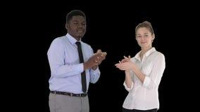 Um homem de neg?cios e uma mulher de neg?cios que aplaudem, Alpha Channel vídeos de arquivo