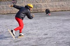 Um homem de patinagem Fotos de Stock Royalty Free