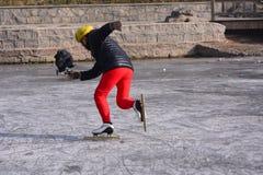 Um homem de patinagem Fotografia de Stock