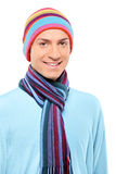 Um homem de sorriso feliz que desgasta um chapéu e um lenço Fotografia de Stock
