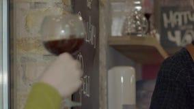 Um homem de sorriso novo do barista que dá um café Movimento lento video estoque