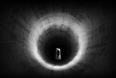 Um homem deixa a porta de abertura da obscuridade fotografia de stock