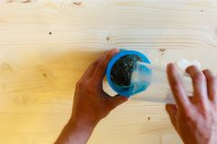 Um homem derrama a proteína do soro ao abanador azul foto de stock