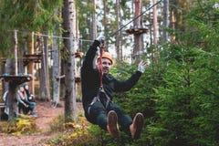 Um homem desce em uma corda, um esporte em um parque extremo, imagem de stock royalty free