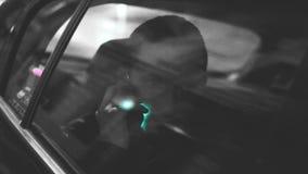 Um homem disca no carro vídeos de arquivo