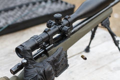 Um homem dispara em um rifle Tiro do rifle com vista ótica fora pelo homem Fotografia de Stock
