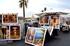 Um homem do desconhecido vende pinturas perto de Praça di Spagna em Roma Foto de Stock