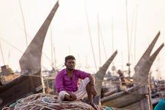 Um homem do fisher que espera Chaktai Chittagong khal, Bangladesh Fotos de Stock