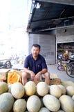 Um homem do melão do hami do sell fotografia de stock royalty free