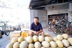 Um homem do melão do hami do sell foto de stock