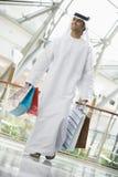 Um homem do Oriente Médio em uma alameda de compra fotografia de stock royalty free