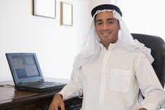 Um homem do Oriente Médio na frente do computador Fotos de Stock Royalty Free
