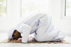 Um homem do Oriente Médio que praying imagens de stock royalty free