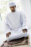 Um homem do Oriente Médio que praying imagem de stock