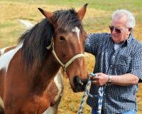 Um homem e seu cavalo Fotos de Stock Royalty Free