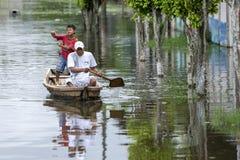 Um homem e um menino em um barco em Indiana no Peru Imagem de Stock