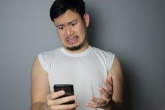 Um homem e um smartphone Fotos de Stock Royalty Free