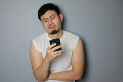 Um homem e um smartphone Foto de Stock