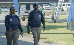 Um homem e um sul fêmea - oficiais de polícia de trânsito africanos que waering vestes protetoras Imagem de Stock