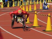 Um homem e uma cadeira de rodas Fotos de Stock