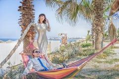 Um homem e uma menina estão na praia fotos de stock