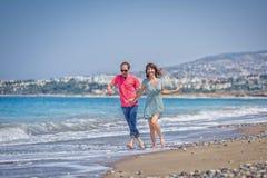 Um homem e uma menina estão na praia imagem de stock