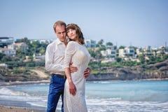 Um homem e uma menina estão na praia fotos de stock royalty free