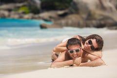 Um homem e uma mulher atrativos na praia Imagens de Stock Royalty Free