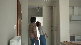 Um homem e uma mulher escolhem uma casa antes de comprar ou de alugar Um par novo escolhe bens imobiliários Repare o conceito filme