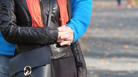 Um homem e uma mulher para guardar as mãos e estar em um abraço em antecipação ao feriado de todos os amantes na véspera do dia d foto de stock royalty free