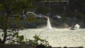 Um homem em um bloco do jato de água filme