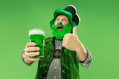 Um homem em um chapéu do duende no estúdio Comemora o dia de St Patrick fotos de stock