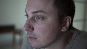 Um homem em um estado de depressão vídeos de arquivo