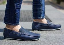 Um homem em mocassins azuis Fotos de Stock Royalty Free