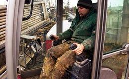 Um homem em um perfurador direcional horizontal, guardando um manche fotos de stock royalty free