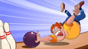Um homem em um t-shirt amarelo joga uma bola e quedas de rolamento na trilha de jogo, um homem que joga o boliches em um fundo az fotos de stock