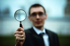 Um homem em um terno encontra-se em um assoalho do tijolo imagem de stock