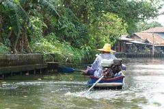 Um homem em um barco Fotos de Stock Royalty Free