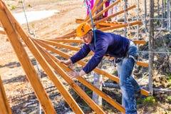 Um homem em um curso das cordas Fotos de Stock