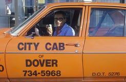 Um homem em um táxi alaranjado em Dôvar, Delaware fotografia de stock royalty free