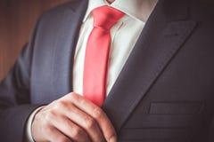 Um homem em um terno Fotografia de Stock Royalty Free