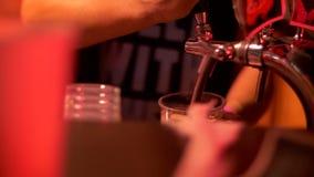 Um homem em uma barra derrama uma bebida em um vidro vídeos de arquivo