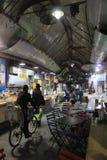Um homem em uma bicicleta no bazar no Jerusalém Fotos de Stock