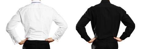 Um homem em uma camisa branca e preta com um crachá back Fim acima Isolado no fundo branco imagens de stock royalty free
