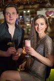 Um homem em uma camisa preta e em uma menina no chaindress Fotografia de Stock