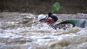 Um homem em uma canoa contra a corrente forte do rio video estoque