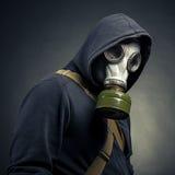 Um homem em uma máscara de gás Imagens de Stock Royalty Free