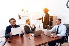 Um homem em uma peruca veio a uma reunião de negócios Imagem de Stock Royalty Free