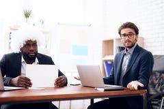 Um homem em uma peruca veio a uma reunião de negócios Imagens de Stock