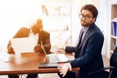 Um homem em uma peruca veio a uma reunião de negócios Imagem de Stock